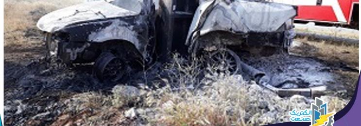 راننده ی خودرو در برخورد با تیر برق در آتش سوخت
